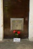 Mensaje del amor y rosas rojas Imagenes de archivo