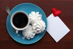 Mensaje del corazón y taza de café Imagen de archivo libre de regalías