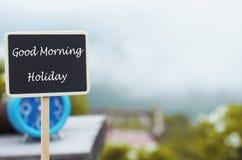 Mensaje del día de fiesta de la buena mañana en el tablero de madera Fotografía de archivo libre de regalías