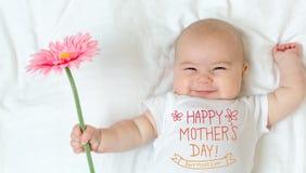 Mensaje del día del ` s de la madre con el bebé foto de archivo