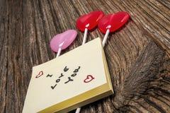 Mensaje del día de tarjetas del día de San Valentín, nota pegajosa, caramelo del corazón Foto de archivo