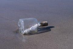 Mensaje del misterio en una botella de cristal Fotografía de archivo