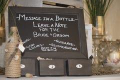 Mensaje del tablero de tiza para la novia y el novio Imagen de archivo libre de regalías