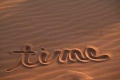 Mensaje del tiempo dibujado en arena Imagen de archivo