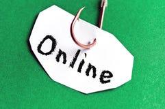 Mensaje en línea en el papel Fotos de archivo libres de regalías