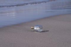 Mensaje en una botella en una playa tropical Imágenes de archivo libres de regalías
