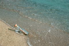 Mensaje en una botella en la playa de la playa fotos de archivo