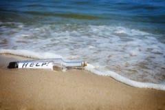 ¡Mensaje en una botella/una ayuda! Imagenes de archivo