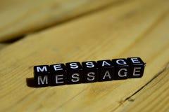 Mensaje escrito en bloques de madera Conceptos de la inspiración y de la motivación imagen de archivo