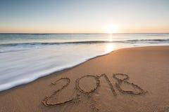 mensaje 2018 escrito en la arena Fotos de archivo libres de regalías