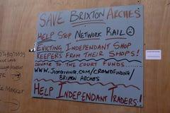 Mensaje escrito mano fuera del cerrado abajo de la tienda en el área de Brixton Arches, Londres, Reino Unido Fotos de archivo