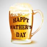 Mensaje feliz del día de padre en la taza de cerveza