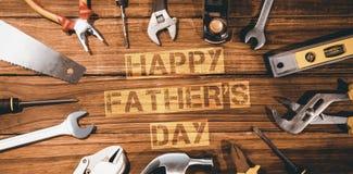 Mensaje feliz del día de padres rodeado por las herramientas foto de archivo libre de regalías