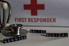 Mensaje médico del servicio online escrito en bloques de madera Estetoscopio, concepto de la atención sanitaria imágenes de archivo libres de regalías