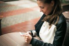 mensaje que manda un SMS Fotografía de archivo