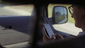 Mensaje que manda un SMS de la muchacha en coche móvil metrajes