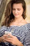 Mensaje que manda un SMS del adolescente Foto de archivo libre de regalías