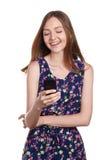 Mensaje que mecanografía de la mujer joven en teléfono elegante Fotos de archivo