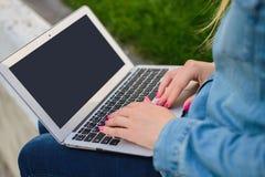 Mensaje que mecanografía de la mujer a su amigo que consume el ordenador portátil moderno, cierre imagenes de archivo