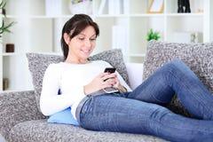 Mensaje texting de la muchacha Imagen de archivo