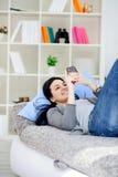 Mensaje texting de la muchacha en el teléfono Foto de archivo libre de regalías