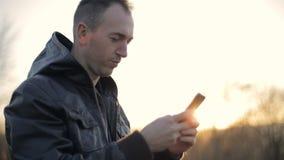 Mensaje texting del hombre almacen de metraje de vídeo