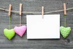 Mensaje y corazones en la cuerda para tender la ropa imágenes de archivo libres de regalías