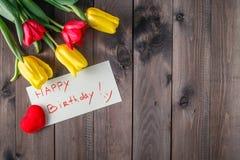 Mensaje y flores del feliz cumpleaños Foto de archivo libre de regalías