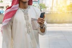 Mensajería árabe del hombre de negocios en un teléfono móvil Fotos de archivo libres de regalías