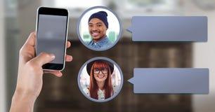 Mensajería App en el teléfono a disposición con perfiles de la charla fotografía de archivo libre de regalías
