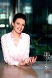 Mensajería corporativa de la señora a través del teléfono móvil fotografía de archivo libre de regalías