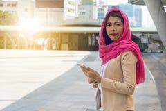 Mensajería musulmán de la mujer en un teléfono móvil Imagen de archivo