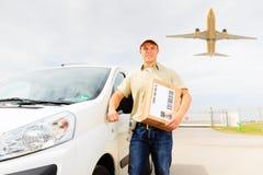Mensajero con Van y el avión, concepto del transporte aéreo Imagenes de archivo