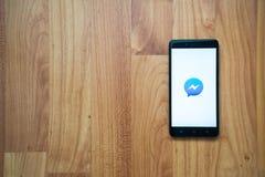 Mensajero de Facebook en smartphone Fotos de archivo