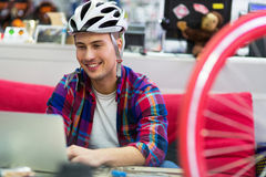 Mensajero de la bici usando el ordenador portátil Imagenes de archivo