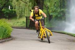Mensajero de la bicicleta con apresurar de la bici del cargo Fotografía de archivo