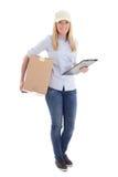 Mensajero de sexo femenino con la caja y el tablero del carboard aislados en blanco Imagen de archivo