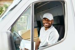 Mensajero Delivery Conductor Driving Delivery Car del hombre negro imagenes de archivo
