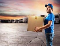 Mensajero listo para entregar los paquetes con el camión Foto de archivo libre de regalías