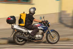 Mensajero ocupado en la motocicleta Fotos de archivo libres de regalías