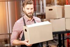 Mensajero profesional con las cajas Fotografía de archivo libre de regalías