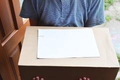 Mensajero que lleva a cabo el paquete para entregar fotografía de archivo libre de regalías