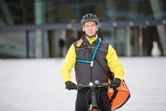 Mensajero que lleva Delivery Bag del ciclista masculino Fotografía de archivo