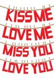 Mensajes del amor y de las tarjetas del día de San Valentín en la cuerda para tender la ropa Fotos de archivo libres de regalías