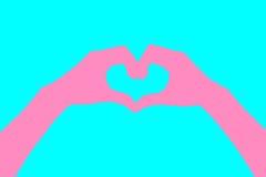 Mensch übergibt Herz geformte Artzusammenfassungspastelle Rosa Hintergrund für eine Einladungskarte oder einen Glückwunsch Heirat Lizenzfreies Stockbild