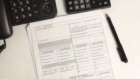Mensch addieren oben Steuerformulare stock footage