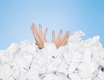 Mensch begraben in den Papieren stockbilder