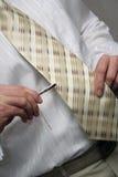 Mensch, der eine Krawatte kleidet Lizenzfreies Stockfoto
