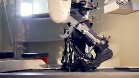 Mensch, der Schritte auf futuristischem Robotermedizinischem Gerät macht 4K stock video