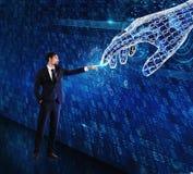 Mensch-Maschineninteraktion zwischen menschlichem und einer digitalen Hand lizenzfreie stockbilder